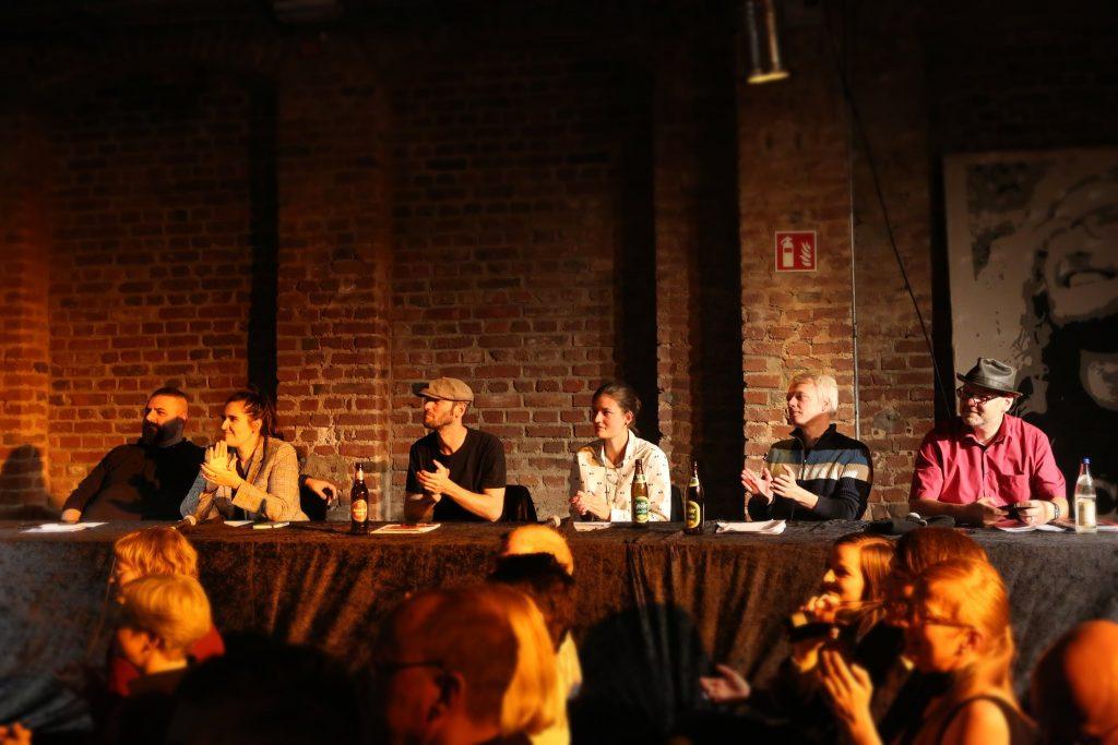 Die Jury 2019 (von links nach rechts: Bilal Bahadır, Suzanna Zawieja, Johannes Deutsch, Chantal Bergemann, Rüdiger Dill, Daniel Raboldt)